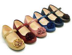 Tienda online de calzado infantil Okaaspain. Calidad al mejor precio fabricado en España. Mercedita en tejido estampado con flor y velcro.