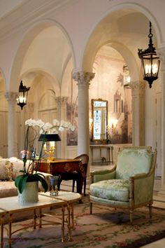 French interior design and architecture - flower orchids French Style Homes, Style At Home, French Decor, French Interior, Interior Decorating, Interior Design, Decorating Ideas, Elegant Homes, Beautiful Interiors