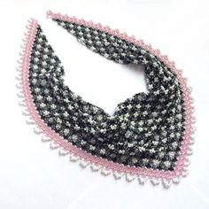 Косынка из бисерной ткани. Использован чешский бисер. Узор выполнен в виде модной в этом сезоне черно-белой сеточки с розовой полосочкой. Длина по шее 50 см.