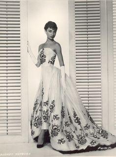 Beautiful actress, perfect dress, great movie....  :)