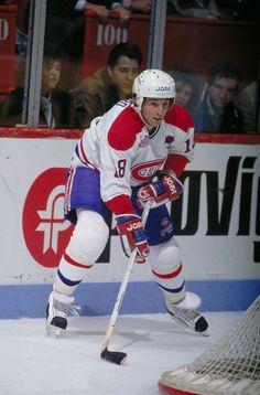 Denis Savard : Repêché par Chicago en première ronde en 1980, le troisième joueur au total, Savard a pris la direction de Montréal en juin 1990 en échange du défenseur Chris Chelios et un choix de 2e ronde. Ses plus belles années étant derrière lui, le joueur natif de Pointe-Gatineau, qui avait amassé plus de 100 points à cinq reprises lors de ses dix saisons dans la Ville des vents, a terminé néanmoins au troisième rang des pointeurs à sa première saison avec les Canadiens avec 59 points. Hockey Pictures, Sports Pictures, Montreal Canadiens, Hockey Games, Ice Hockey, Chris Chelios, Nfl Fans, Field Hockey, National Hockey League