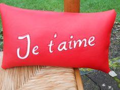 Coussin je t'aime en skaï rouge : Textiles et tapis par christelle-mg-creation