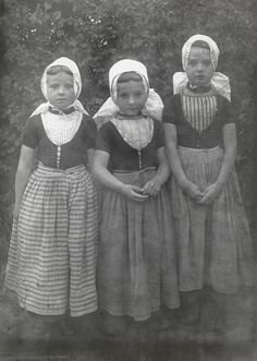 Drie meisjes in Walcherse dracht. From the collection: Regional Costumes in the Netherlands. Vintage Children Photos, Vintage Images, Retro Vintage, Folk Clothing, Edwardian Era, Folk Costume, My Heritage, Vintage Photographs, Folklore