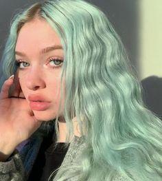 Su yeşili turkuaz renk marjinal dalgalı uzun renkli trend saç modeli   Kadınca Fikir - Kadınca Fikir