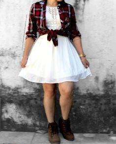 Look junino com vestido branco, camisa xadrez e coturno.