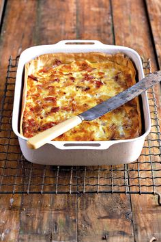 Moet asseblief nie uie byvoeg nie - 'n klassieke Quiche Lorraine bevat geen uie nie Tuna Dishes, Savoury Dishes, Savoury Tarts, South African Dishes, South African Recipes, Quiches, Quiche Lorraine Recipe, Lorraine Recipes, Kos