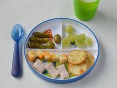 Queso, carnes frías, uvas y galletas