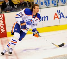 Ryan Smyth, can't believe my captain oh captain is retired. Good guy he is. Ice Hockey Teams, Hockey Games, Sports Teams, Edmonton Oilers, National Hockey League, Sports Pictures, Hockey Players, A Team