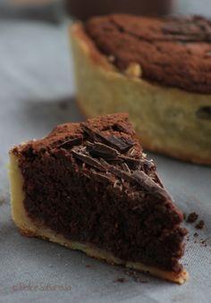 Torta al cioccolato fondente e amarene sciroppate in guscio