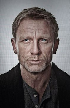 Daniel Craig is one of my favorite actors. I could watch this man make toast! Rugged good looks and impeccable style. Terno James Bond, Gorgeous Men, Beautiful People, Robert Mapplethorpe, Rachel Weisz, Celebrity Portraits, Celebs, Celebrities, Male Face