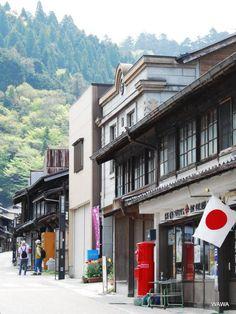 カメラをポケットに、岐阜県岩村町の古い町並みを歩いて見ました。<br />岩村町は本通りを中心に、重要伝統的建造物群保存地区に選定されており、地区全体に渡り見所満載です。<br /><br />ローカルな明智鉄道の旅も楽しそうですが、今回は車なので岩村町の広い道に面した無料駐車場にとめました。<br /><br />尾張の信長に逆さ磔にされた女城主がいたことでも有名な岩村城自体は、東洋のマチュピチュとか、日本三大山城の一つと言われ山の上にあるので今回の訪問は見合わせました。<br /><br />お城抜きでも岩村町の古い町並みは楽しめました。意識して修復保存されているものと天然のものの境目が自然で、昭和レトロのテーマの一つでもある、戦後のドサクサとか高度成長期の無理矢理感とは遠い落ち着いた雰囲気が町全体に漂っているような良い町でした。<br /><br /><br /><br />