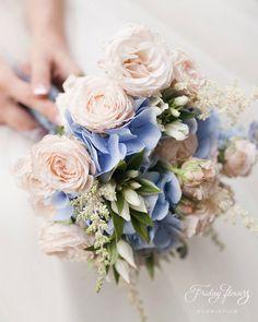 Tender classic blue-pink wedding bouquet with garden roses and hydrangea. Very elegant and classy.  Классический нежный зимний букет невесты в розово-голубых тонах с пионовидными розами и гортензией.