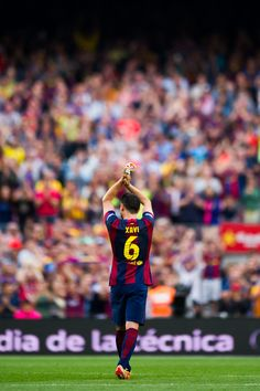 Xavi Hernandez of FC Barcelona applauds as he leaves the pitch during the La Liga match between FC Barcelona and RC Deportivo La Coruna at Camp Nou on May 23, 2015 in Barcelona, Catalonia.
