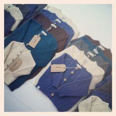 Asta & Alfred strik cardigans i alpaca uld i lange baner. Alpacas, Cardigans, Baby, Newborns, Baby Baby, Infants, Child, Shirts, Toddlers