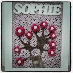 Placa de Maternidade Peça em MDF com fundo de tecido e flores de fuxico. R$ 135,00