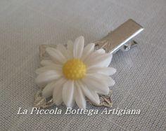 Pinzetta per capelli in metallo argentato con filigrana a fiore a quattro petali con margherita in resina bianca