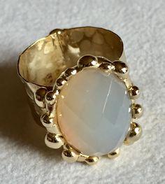 Anello saldato a mano con agata bianca naturale, realizzato con metallo nichelfree