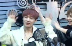 -¡Niñero Lay! ¿Qué cosas dices? ¡Niños no escuchen! -exclamó y Kyungsoo le tapó los oídos a Jongin como si fuera un pequeño