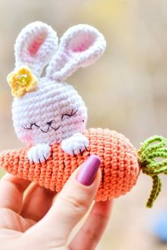 An adorable crochet bunny with carrot! Use this free amigurumi pattern to create your own bunny. You need YarnArt Jeans yarn and mm crochet hook. Bunny Crochet, Easter Crochet Patterns, Crochet Patterns Amigurumi, Cute Crochet, Crochet Dolls, Amigurumi Minta, Crochet Decoration, Diy Doll, Handmade Toys