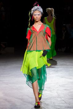 A fashion collection challenging structured silhouettes Yohji Yamamoto spring – summer 2014 Ready To Wear women's collection. Runway Fashion, Fashion Art, Fashion Show, Womens Fashion, Japan Fashion, Paris Fashion, Spring Fashion, Japanese Fashion Designers, Comme Des Garcons