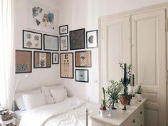 Gemütliche Schlafecke mit Bilderwand über dem Bett - Wohnen in Wien