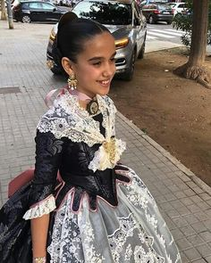 Sara Larrazabal fallera mayor infantil Valencia 2019..... Traditional Fashion, Historical Costume, Lace Skirt, Victorian, Costumes, Regional, Skirts, Alicante, Dresses