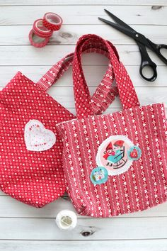 Over 25 ideas for Valentines and heart-inspired projects to quilt and sew including free tutorials for quilts, quilt blocks, pillows and handmade bags. Scrappy Quilt Patterns, Heart Quilt Pattern, Quilt Blocks, Keepsake Quilting, Fabric Postcards, Sewing Projects For Beginners, Kid Sewing Projects, Sewing Ideas, Diy Projects