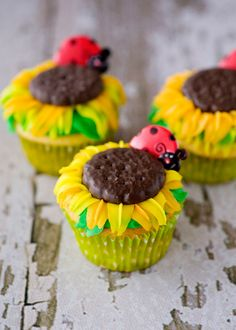 Sunflower Cupcakes recipe with detailed decorating photos & instructions. (that's a thin mint cookie on top!)