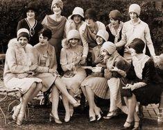 Foto ricordo di un gruppo di eleganti e sciccose Flapperettes