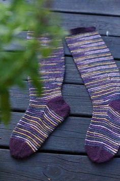 Pitkät sukat lapselle varpaasta varteen, ohje KÄSITYÖKEKKERIT Socks, Knitting, Fashion, Moda, Tricot, Fashion Styles, Breien, Sock, Stricken