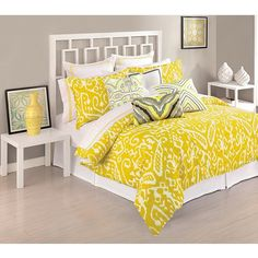 #яркий #желтый #интерьер #спальня #серыестены #белая #кровать #икат #текстиль #подушки #дизайн #декор #дизайнинтерьера