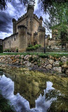 El castillo ha sido escenario de las distintas disputas entre los reinos de Navarra y Castilla. Su historia está unida a su localidad vecina Haro que, en 1430, pasó a manos castellanas. Su propietario, Pedro Fernández de Velasco, poseía, además, otros castillos como el de Cerezo, el de Ojacastro y el de Arnedo. Perteneció a los condes de Nieva y defendía la zona norte de la población y el camino de Haro a Miranda. El edificio se encuentra en un óptimo estado de conservación, ya que el…