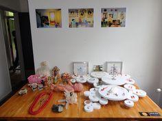 Verzameling en foto's van de verzameling bij Aatje Ras thuis. Alles is te koop. Hoe hoger de prijs, hoe dierbaarder de herinnering. Code Oranje 26-04-14