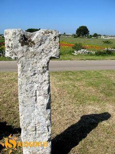 Menhir delle Vardare, uno splendido esemplare a forma di TAU sito nel territorio di Diso (Lecce). Una coppella sulla sommità ed alcune croci incise sulla facciata gli conferiscono un tocco di personalità che non passano inosservate.
