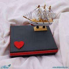 Ahşap Gemi Maketi tasarım Kutu  Özellikleri:16x13x4 cm siyah dokulu kağıt sıvama kutu Biblo özellikleri:11x10 cm ahşap gemi maketi Satın almak için www.atolyemira.com sayfasını ziyaret edebilirsiniz.