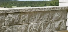 Aaltvedt støttemur  Har en enkel rett design som passer i de fleste miljøer. Muren er ensidig mursystem med normalblokk, hjørne, hel og halv ende. Den har en knekt front, enkel å bygge med muligheter for innvendig og utvendig kurver uten bruk av spesialblokker.