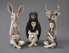 Crystal Morey - Sculture di ceramica. L'artista californiana esplora il rapporto tra l'uomo e la natura attraverso sculture in ceramica ritraenti persone racchiuse in animali.