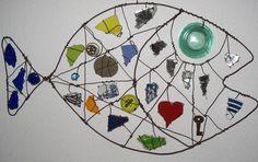 """Wire - """" Poisson en morceaux """" - fil de fer, cailloux, assiettes, bouteilles, miroir, clé, cachou -2007 -"""