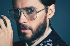Sporting slicked back hair and an embellished look from Gucci, Jared Leto covers the June 2016 issue of Icon El País. Slated to front a fragrance campaign for… Jared Leto, Hugh Hefner, The Fashionisto, Slicked Back Hair, Men Photoshoot, Shannon Leto, Italian Fashion, Gorgeous Men, Nice Tops