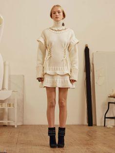 Alexander McQueen: pre-fall traz perfume medieval - Vogue | Desfiles