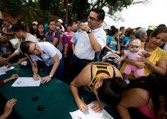 Miles de opositores firman por referendo a Maduro - http://a.tunx.co/Hq13M