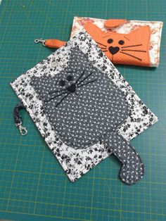 capinhas de telemoveis - evidently it's a cell phone holder, but could be a wallet.Folded cat wallet - no link or instructions but cute ideaLittle cat pocketbook?love the tail closureCould do potholders Fabric Crafts, Sewing Crafts, Sewing Projects, Cat Wallet, Cat Quilt, Cat Crafts, Cat Pattern, Fabric Bags, Sewing Hacks