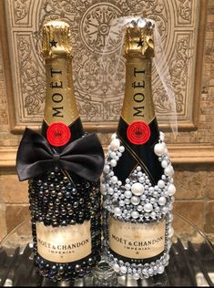 Bedazzled Liquor Bottles, Decorated Liquor Bottles, Bling Bottles, Glitter Wine Bottles, Champagne Bottles, Alcohol Bottle Decorations, Alcohol Bottle Crafts, Alcohol Gifts, Diy Wine Glasses