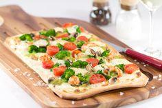 Warum immer der Klassiker aus dem Elsass? Unser Flammkuchen wird mit Brokkoli, Champignons und Kirschtomaten belegt. Walnüsse sorgen für den Extrakick. Dank QimiQ Saucenbasis gelingt die Zubereitung einfach und schnell. Delicious Recipes, Yummy Food, Recipe Database, Vegetable Pizza, Vegetables, Simple, Alsace, Cold, Delicious Food