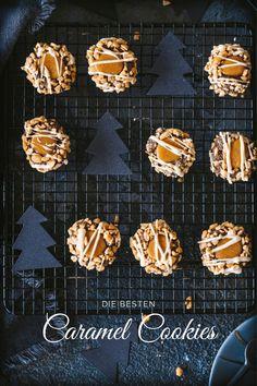 Unsere besten Caramel Cookies sind super einfach gemacht. Einfach Karamellbonbons schmelzen, Erdnüsse hacken und einen einfachen Mürbeteig mit Kakao kneten. Fix gemacht und eine tolle Abwechslung auf dem Plätzchenteller für Weihnachten.