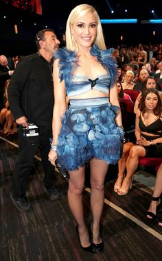 from Fashion Police Gwen Stefani definitely looks fun, hip and ethereal in this two-toned blue tulle Reem Acra mini dress. We just don't get why she paired the festive getup with dated fishnet tights. Blake Lively, Jennifer Lopez, Gwen Stefani Style, Gwen Stefani 2017, Gwen And Blake, Hollaback Girl, Hollywood, Fashion Forever, Choice Awards
