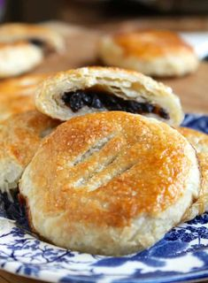 Eccles cakes are super easy to make using puff pastry from the store. Learn about the Royal Oak Foundation which can save you loads on a trip to the UK. Brownie Desserts, Oreo Dessert, Mini Desserts, British Desserts, British Dishes, Tea Cakes, Cupcake Cakes, Cupcakes, Donuts