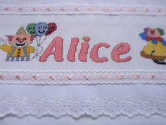 TOALHA DE BANHO INFANTIL -PERSONAGENS DO CIRCO <br>Toalha bordada em ponto de cruz em etamine <br>Toalhas infantis com tema personagens do circo <br>Toalhas com acabamento em bico de algodão e,entremeio , fita de cetim. <br>Barras de tecido de algodão