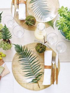 Palm leaf table setting with glass plates give a modern beach vibe. Perfect for … – Küche - Tisch ideen - Palm leaf table setting with glass plates give a modern beach vibe. Perfect for Küche Palm leaf - Deco Nature, Nature Decor, Deco Floral, Leaf Table, Plant Table, Partys, Decoration Table, Simple Table Decorations, Color Of The Year
