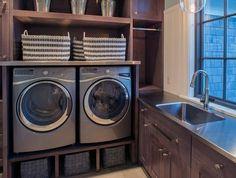 aménagement buanderie, deux lave-linge et paniers de rangement, meuble couleur chocolat